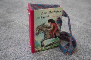 Ein Mädchen zu Pferd Tasche aus Buch Buchhandtasche