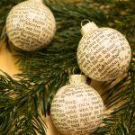 Christbaumkugeln aus Buchseiten