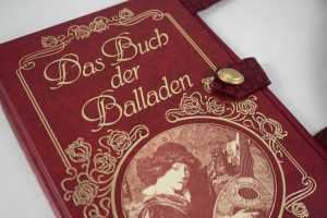 """Tasche aus dem """"Buch der Balladen"""" in weinrot"""