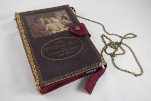 """Clutch aus einem alten Buch """"Die Ärztin im Hause"""""""