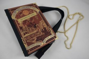 Tasche aus einem Reiseroman von Julius Verne in braun