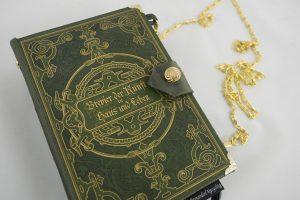 """Tasche aus dem Buch """"Brevier der Kunst in Haus und Leben"""" mit reichlich verziertem Cover"""