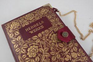 Clutch, Tasche aus einem Hebbel-Sammelband, reichlich verziertes Cover