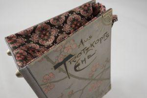 """Tasche aus dem Buch """"Aus Trotzkopfs Ehe"""" kombiniert mit einer zum Cover sehr gut passenden Krawatte"""