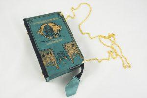 """Türkiese Tasche, Clutch aus dem Buch """"Turmschwalben"""" von Kernstock, reichliche Goldprägungen"""