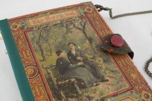 """Tasche aus einem alten Buch """"Aus Nord und Süd"""" kombiniert mit einer passenden trachtigen Krwatte in Grün und Rot"""
