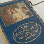 """Tasche aus dem Buch """"Die Ärztin im Hause"""" in Blau kombiniert mit einer dazupassenden Krawatte"""