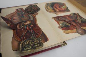 """Tasche aus dem Buch """"Die Familienärztin"""" von der Tante kombiniert mit einer Krawatte des Großvaters, dabei wurden die Aufklappbilder erhalten indem ein 2. Buchdecken hinzugefügt wurde"""