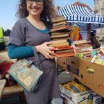 """Bernadette Hartl beim Einkauf von Büchern am Naschmarkt Flohmarkt im April 2018, wo sie das Buch """"Novellen"""" mitlaufet, das einem ehemaligen Justizminister (Egmont Foregger) gehörte"""