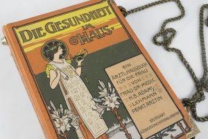 Tasche/Clutch aus einem alten Gesundheitsbuch für Frauen zum Hausgebrauch in orange/grün kombiniert mit einer edlen orange/grünen Krawatte
