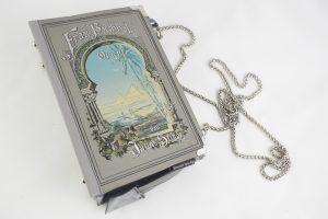 """Tasche aus einem Buch """"Frau Buchholz im Orient"""" in grau, kombiniert mit silbernen Elementen und grauer Krawatte"""