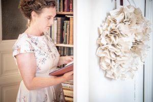 Bernadette Hartl mit ihren Buchvorräten für die nächsten Taschen
