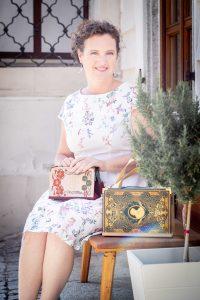 Bernadette Hartl mit ihren Buch-Taschen vor ihrem Atelier in Steyr