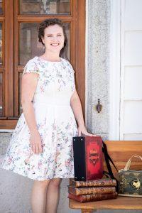 Bernadette Hartl mit ihren Taschen aus Büchern