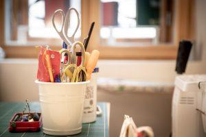 Werkzeuge bei Bernanderl Upcycling - Ein Buch wird zur Tasche