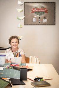 Bernadette Hartl bei der Arbeit - Ein Buch wird zur Tasche