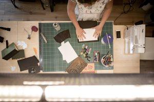Ein Blick auf den Arbeitsplatz von Bernadette Hartl bei Bernanderl Upcycling