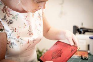 Anbringen des Kantenschutzes - Ein Buch wird zur Tasche