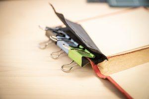 Klemmen helfen beim Kleben - Ein Buch wird zur Tasche