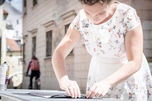 Innenfutter sorgfältig ankleben - Ein Buch wird zur Tasche