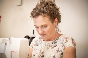 Bernadette Hartl an der Nähmaschine