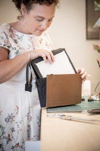 Einsetzen des Tascheninneren - Ein Buch wird zur Tasche