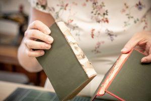 Buchseiten und Bucheinband voneinander trennen - Ein Buch wird zur Tasche
