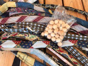 Schlauch aus Krawatten fertig zum Befallen mit Holzkugeln