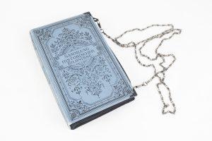 """Clutch aus einem hellblauen Buch """"Sammlung historischer Bildnisse"""" kombiniert mit schwarzem Stoff"""