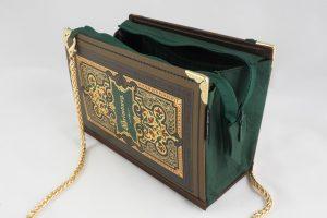 Tasche aus einem Buch von Heimburg in braun/grün/rot, kombiniert mit einer grünen Krawatte und braunem Stoff
