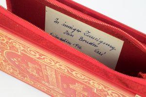 """Clutch aus dem Buch """"Sturm und Sonnenschein"""" in rot mit der originalen Buchwidmung im inneren der Tasche"""