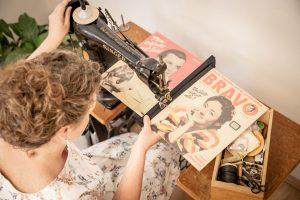 Konzentriertes Nähen mit der 100 Jahre alten Singer-Freiarm-Nähmaschine