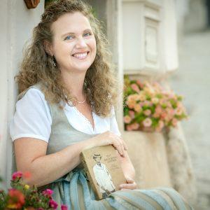 Bernadette Hartl mit ihren Buch-Taschen