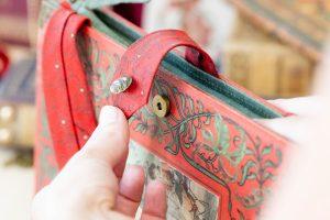 Verschlusslasche bei einer Bernanderl-Buch-Handtasche