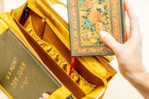 Innentäschchen, Trennfach und Schlüsselband einer Bernanderl Buch-Handtasche