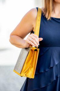 Langer Taschenriemen bei einer Bernanderl Buch-Handtasche