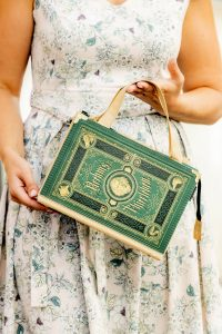 Kurzer Taschenriemen mit Option zum Anbringen eines langen Metalltaschenriemens bei einer Bernanderl Buch-Handtasche