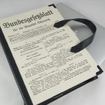 Laptoptasche aus einem Faksimile der österreichischen Bundesverfassung, 1920 für Heinz Fischer, Bundespräsident a.D.