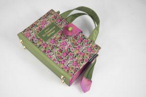 """Täschchen aus einem kleinen Buch """"Der Trompeter von Säkkingen"""", rosa/hellgrün-blumiges Cover kombiniert mit rosa Krawatte und hellgrünem Stoff"""