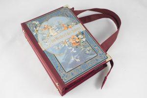 """Tasche aus einem Buch """"Im Wechsel des Jahres"""" in Weinrot mit frühlingshaften Motiv am Cover"""