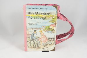 """Tasche aus einem Buch """"Zürcher Verlobung"""" in rosa gehalten"""