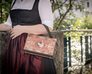 Tasche aus einem Buch 'Heine's Werke' in rot kombiniert mit schwarzem Stoff
