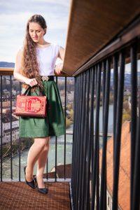 Tasche aus einem Buch von Shakespeare in rot kombiniert mit weinrotem Stoff