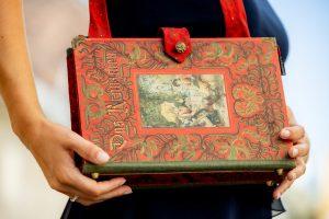 """Tasche aus einem alten Buch """"Das Kränzchen"""" in rot/grün kombiniert mit einer Krawatte"""