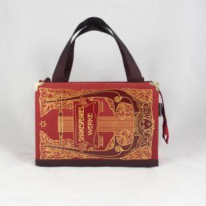 Tasche aus einem roten Shakespear Buch mit reichlichen Goldprägungen und Verzierungen, kombiniert mit weinrotem Stoff