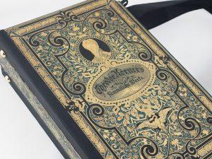 Tasche aus einem alten Theodor Körner Buch mit reichlichen Goldprägungen und Verzierungen kombiniert mit schwarzem Stoff
