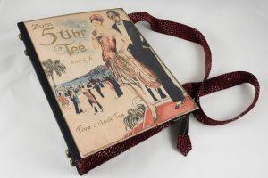 """Tasche aus der Kopie eines Notenheftes """"Zum 5 Uhr Tee"""" kombiniert mit einer rot/schwarzen Krawatte"""